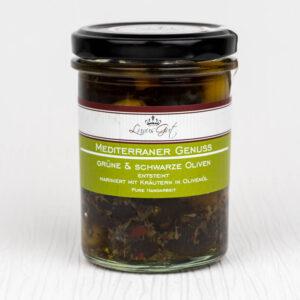 Marinierte gruene und schwarze Oliven mit Kraeutern in Olivenoel